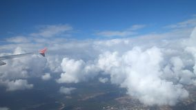 L'aile d'un vol d'avion au-dessus des nuages banque de vidéos