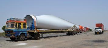 L'aile de moulin à vent a chargé sur le camion Photo stock