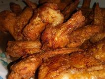 L'aile de poulet cuite à la friteuse avec le mélange marinent l'ingrédient photo stock