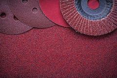 L'aileron abrasif roule les meules sur le papier d'émeris Image libre de droits