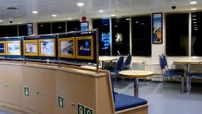 L'aileron transporte en bac l'intérieur de ferry banque de vidéos