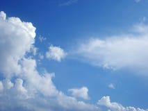 L'air blanc opacifie dans le ciel bleu lumineux Photographie stock libre de droits