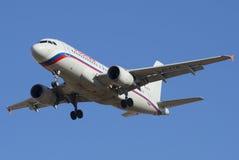 L'Airbus A319-111 EI-ETN du plan rapproché de la Russie de ligne aérienne dans un ciel bleu Photos libres de droits