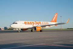 L'Airbus A320-214 G-EZOF de la ligne aérienne d'EasyJet après le débarquement sur l'aéroport de Vaclav Havel Images stock