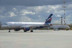 ` L Airbusses A320 Landauer ` VP-BIT von Aeroflot-Firma auf dem Sheremetyevo-Flugplatz Lizenzfreie Stockfotos