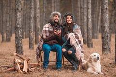 L'ajouter à un chien se repose dans la forêt, thé potable, et observe à la distance outdoors Photo libre de droits