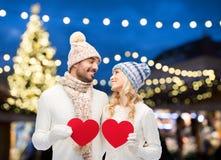 L'ajouter aux coeurs rouges au-dessus de l'arbre de Noël s'allume Photos stock