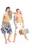 L'ajouter de sourire heureux aux lunettes de soleil en plage vêtx Photos libres de droits