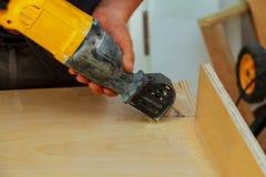 L'ajustement électrique de lame de scies de gabarit, se ferment  Photos stock