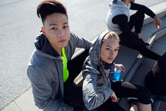 L'ajustement et la jeune équipe sportive détendant après établissent dans la ville Image libre de droits