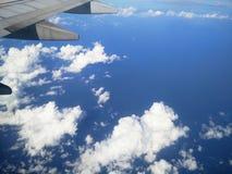 L'ala dell'aeroplano sopra il cielo nuvoloso blu Fotografie Stock Libere da Diritti