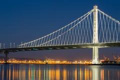 L'ala orientale del nuovo di San Francisco del ` s ponte della baia alla notte Immagini Stock Libere da Diritti