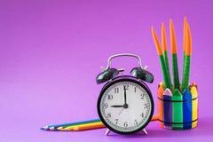L'alarme a placé à l'horloge de ` de 9 o, cactus coloré, crayons d'arc-en-ciel, fonctionnant le concept de dessin d'école Photo stock