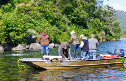 L'Alaska - barca in pieno della gente che pesca per i salmoni Immagine Stock