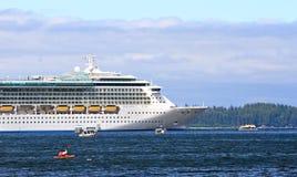 l'Alaska - kayak, bateaux de pêche, bateau de croisière Photographie stock libre de droits