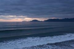 L'Alaskan ondule sur le coucher du soleil Photo stock