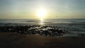 L'alba alla spiaggia di pietra nera video d archivio