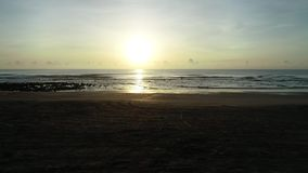 L'alba alla spiaggia di pietra nera III stock footage
