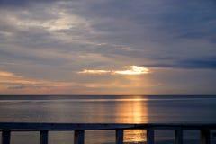 L'alba alla spiaggia, nei giorni del Sun invisibile Fotografia Stock