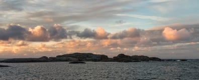 L'alba con il cielo rosa e si rannuvola l'oceano e l'arcipelago del parco nazionale di Faerder, Norvegia, panorama fotografia stock libera da diritti