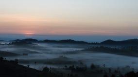 L'alba con una nebbia nell'inverno immagini stock libere da diritti
