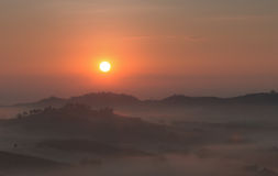 L'alba con una nebbia nell'inverno immagine stock libera da diritti