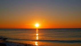 L'alba di Timelapse, da scuro al sole luminoso del giorno, sopra il mare, onde sta lavando archivi video