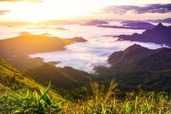 L'alba e la nuvola si appannano, fondo del paesaggio della natura Immagini Stock Libere da Diritti