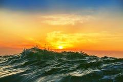 L'alba e splendere ondeggia in oceano Fotografia Stock