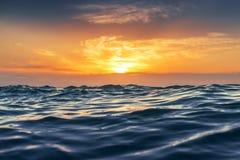 L'alba e splendere ondeggia in oceano Immagine Stock Libera da Diritti