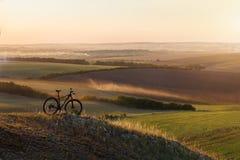 L'alba, il tramonto, ciclante intorno al mondo è un viaggio a libertà Fotografia Stock Libera da Diritti