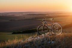 L'alba, il tramonto, ciclante intorno al mondo è un viaggio a libertà Fotografie Stock
