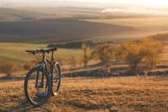 L'alba, il tramonto, ciclante intorno al mondo è un viaggio a libertà Immagine Stock