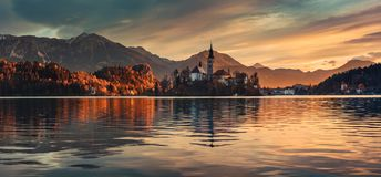 L'alba sopra il lago ha sanguinato con la chiesa della st Marys del presupposto sulla piccola i Fotografie Stock