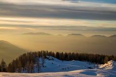 L'alba sopra le montagne si avvicina al prato Krstenica Immagini Stock
