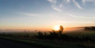L'alba sopra un campo in Danimarca ha fotografato dalla strada principale fotografie stock