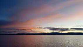 L'alba su Salar de Uyuni sommerso, Bolivia fotografia stock