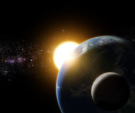 L'alba a terra ed alla luna nell'elemento dello spazio della galassia ha finito la b Fotografia Stock