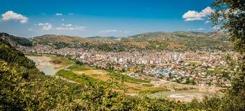 L'Albania 2016 Berat - una città di mille finestre, bella vista della città sulla collina fra molti alberi e cielo blu Immagini Stock