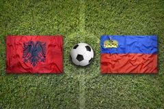 L'Albania contro Bandiere del Liechtenstein sul campo di calcio Immagini Stock