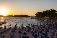 l'albania Ksamil - 13 luglio 2018 Sera sulla costa dell'ionico fotografia stock libera da diritti