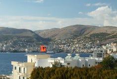L'Albania, località di soggiorno di Sarande e baia, pomeriggio fotografie stock