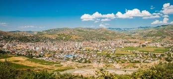 L'Albanie 2016 Berat - ville de mille fenêtres, belle vue de ville sur la colline entre beaucoup d'arbres et ciel bleu Image libre de droits