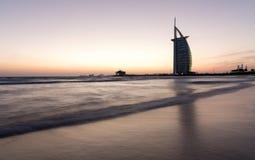 L'albergo di lusso Burj Al Arab ed il pubblico tirano al tramonto Il Dubai, UAE - 29/NOV/2016 Fotografie Stock