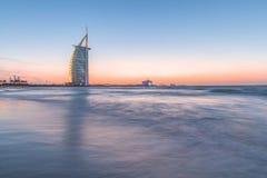 L'albergo di lusso Burj Al Arab ed il pubblico tirano al tramonto Il Dubai, UAE - 29/NOV/2016 Fotografia Stock
