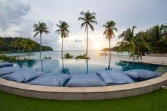 L'albergo di lusso moderno della piscina dell'infinito, la piscina di lusso dell'hotel trascura un ponte di legno che allunga fuo immagine stock