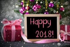 L'albero con i regali, fiocchi di neve, Bokeh, manda un sms a 2018 felice Fotografie Stock Libere da Diritti
