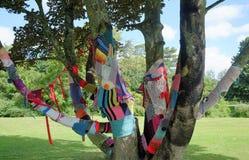 L'albero decorato con i lavori o indumenti a maglia tricotta la bomba Fotografia Stock Libera da Diritti