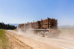L'albero del camion registra le montagne Fotografia Stock Libera da Diritti