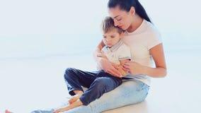 L'albero del figlio e della madre sul pavimento gioca archivi video